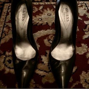 GUESS pointy toe leather black pump. Size 6.5